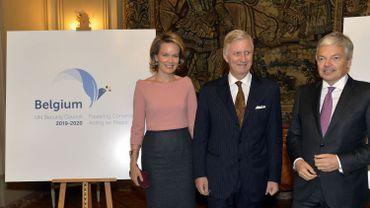La reine Mathilde, le roi Philippe et le ministre des Affaires étrangères Didier Reynders lors de la présentation de la campagne le 23 octobre 2015 à Bruxelles.