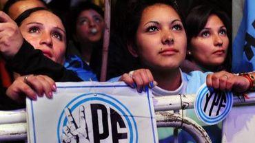 Des personnes soutenant la nationalisation de la compagnie pétrolière YPF, filiale de Repsol, par l'Argentine, le 3 mai 2012