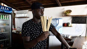 """Le restaurant de Babacar Thiaw, le Copacabana, revendique d'être le premier à avoir fait la transition vers le """"zéro plastique"""" à Dakar."""