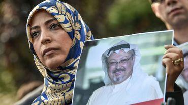 La Yéménite Tawakkol Karman, Prix Nobel de la Paix en 2011, tient un portrait du journaliste disparu Jamal Khashoggi lors d'une manifestation devant le consulat d'Arabie saoudite à Istanbul, 5 octobre 2018 en Turquie