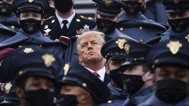 Donald Trump entouré des cadets West Point durant un match d'équipes de l'armée au Michie Stadium le 12 décembre