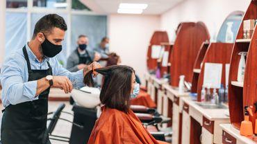 L'utilité du masque démontrée dans une étude de cas: deux coiffeurs positifs, 139 clients, mais zéro contamination