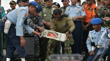 Des officiers indonésiens récupèrent la boîte noire du vol d'AirAsia qui s'est crashé le 12 janvier 2015 à Pangkalan Bun