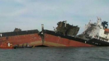 L'explosion a littéralement coupé en deux le pétrolier.