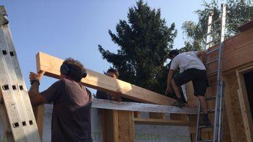 Un chantier participatif: moins cher pour les bâtisseurs, enrichissant pour les volontaires.