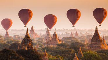 Montgolfières sur fond de pagodes antiques à Bagan (Birmanie).
