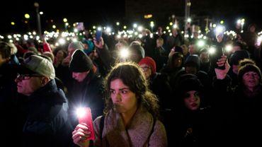 Slovaquie: des milliers de manifestants commémorent l'assassinat d'un journaliste.