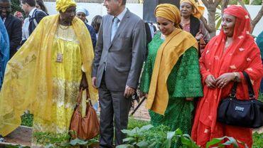 La première dame du Niger, Lala Malika Issoufou, regarde un jardin urbain à l'Oasis, un centre pour le développement de l'entrepreneuriat féminin à Niamey, le 18 janvier 2018
