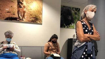 La salle d'attente d'une clinique, l'hôpital Chirec de Braine-l'Alleud, aujourd'hui devenue zone à risques (voir format original de la photo en fin d'article).