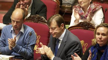Bart De Wever applaudit
