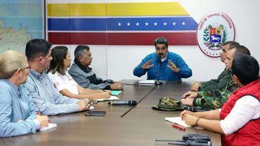 Le président vénézuélien Nicolas Maduron, flanqué de ses ministres et du haut-commandement militaire, annonce le rationnement de l'électricité pour 30 jours, le 31 mars 2019 au Palais de Miraflores à Caracas