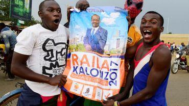 Des partisans du candidat d'opposition Raila Odinga brandissent une affiche de campagne, dans les rues de Kisumu, au Kenya, le 10 août 2017