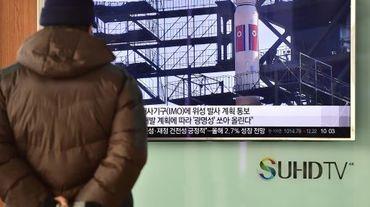 Un homme regarde le lancement d'un missile balistique nord-coréen, le 3 février 2016