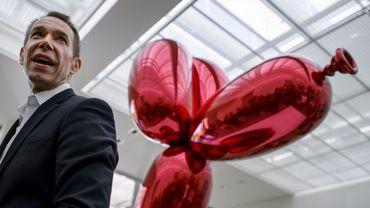 "Jeff Koons devant sa sculpture ""Balloon Dog"""