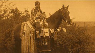 Une jeune femme membre d'une famille aisée, en vacances pour la chasse - Edward S. Curtis 1909