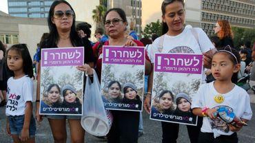 Des travailleuses philippines et leurs enfants manifestent le 6 août 2019 à Tel-Aviv pour tenter d'empêcher l'expulsion d'une mère et de son fils vers les Philippines