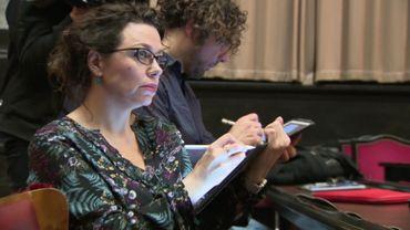 La dessinatrice Petra Urban au travail sur sa tablette : le crayon tactile a remplacé les crayons de couleur dans le métier.