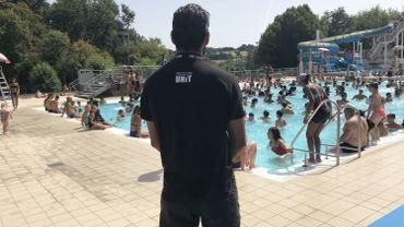 Des vigiles aux abords des piscines publiques