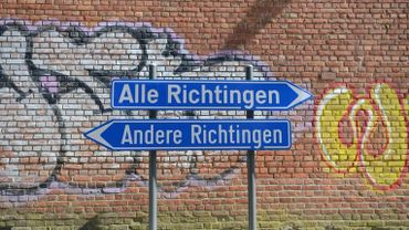 Un panneau routier absurde...au service d'un collectif d'artistes