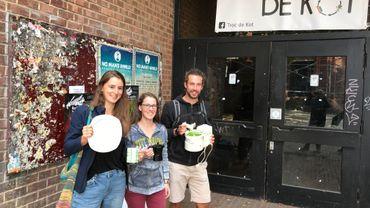 """Marie, Magalie et Maxime, trois étudiants collaborateurs à la donnerie """"Troc de Kot"""", à Louvain-la-Neuve"""