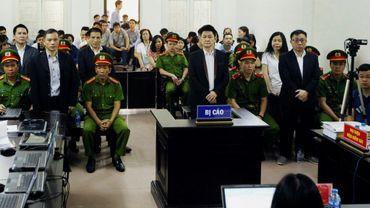 L'avocat vietnamien Nguyen Van Dai (centre) et d'autres accusés le jeudi 5 avril 2018 à leur procès à Hanoï