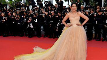 L'actrice Sonam Kapoor s'est glissée dans une robe bustier volumineuse, légèrement teintée de jaune, pour fouler le tapis rouge de la Croisette. La création est signée Vera Wang. Cannes, le 15 mai 2018.