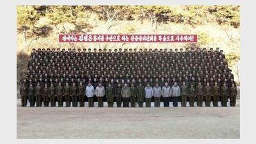 Photo non datée transmise par l'agence officielle de Corée du Nord montrant le nouveau dirigeant nord-coréen Kim Jong Un lors de la visite d'un camp d'entraînement de l'armée de l'air