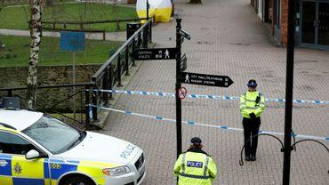 La police britannique monte la garde devant le lieu où l'ex-espion russe Sergueï Skripal et sa fille Ioulia ont été découverts empoisonnés à Salisbury, en Angleterre, en mars 2018