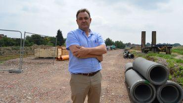 Le directeur de la société de logements de Comines-Warneton, Thierry Bauffe, devant le terrain où les maisons du Community Land Trust seront construites.