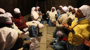 Des Nigérians prient dans l'église de la Nativité, à Bethléem, le 24 décembre 2015
