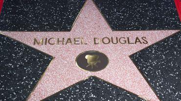 """Michael Douglas a inauguré mardi son étoile sur le fameux """"Walk of Fame"""" d'Hollywood à l'occasion de ses 50 ans de carrière dans l'industrie du cinéma, comme acteur mais aussi comme producteur."""