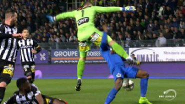 Ballon volé et saut dans le vide, les gardiens pas à la fête lors de Charleroi-Bruges