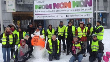 """Le collectif de sauvegarde du parc Léopold a organisée une action samedi pour inciter les citoyens à voter trois fois """"NON"""" lors de la consultation populaire tranchant sur l'avenir du parc le 8 février prochain."""