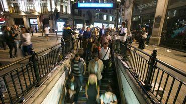 """Des passagers entrent dans la station """"Oxford Circus"""", à Londres, le 19 août 2016"""