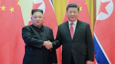 Le leader nord-coréen Kim Jong Un (à gauche) serre la main du président chinois Xi Jinping (à droite) lors de la précédente rencontre entre les deux hommes, le 8 janvier 2019 à Pékin.