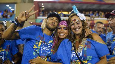 Neymar dans les tribunes au carnaval de Rio