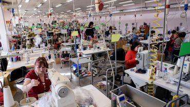 Des employés dans une usine de couture de Lovetch, au nord-est de Sofia, le 24 février 2017