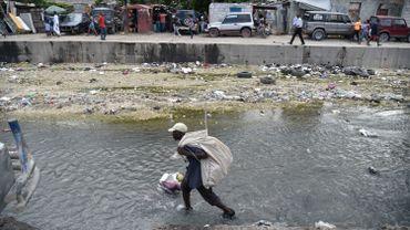 Un haïtien récolte du plastic et des bouteilles vides en prévision du passage de l'ouragan Matthew.