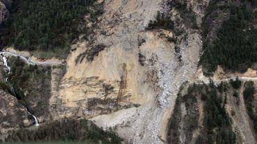 Une route endommagée par le séisme de samedi à la frontière entre le Népal et la Chine