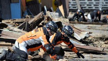 Des sauveteurs guatémaltèques recherchent des survivants au tremblement de terre à Guatemala City, le 4 février 2015