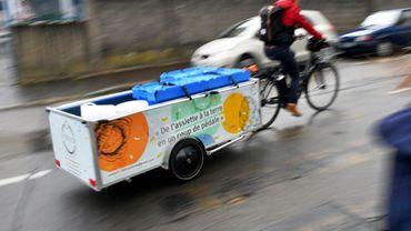 """Un membre de l'association """"La Tricyclerie"""" qui collecte à vélo et par kilos épluchures de légumes, marc de café et autres déchets organiques d'une trentaine de restaurants et d'entreprises, le 11 septembre 2017 à Nantes (ouest)"""
