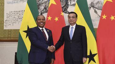 Patrice Trovoada, Premier ministre de Sao Tomé-et-Principe serre la main du Premier ministre chinois Li Keqiang.