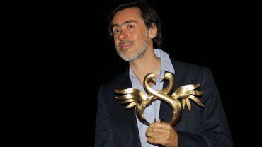 """Emmanuel Mouret pose avec le prix du meilleur premier film pour """"Caprice"""" en Juin 2015 durant le Festival du Film Romantique de Cabourg"""