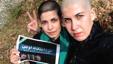 Sur Facebook, deux jeunes femmes exhibent leurs revendications, crâne rasé