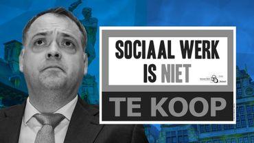 """À gauche : Fons Duchateau, échevin anversois aux Affaires sociales et président du CPAS. À droite: l'affiche """"le travail social n'est pas à vendre"""""""