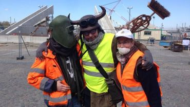 Une partie de l'équipe de choc devant le chantier.