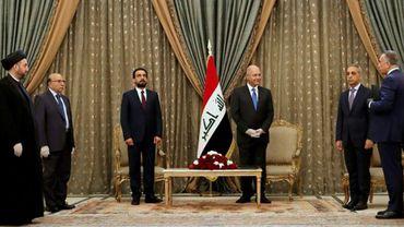 Photo distribuée par les services de la présidence irakien montrant le chef de l'Etat Barham Saleh (3e à droite) et le nouveau Premier ministre désigné, Moustafa al-Kazimi (D), le 9 avril 2020 à Bagdad