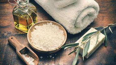 """Le mouvement slow cosmétique dénonce le """"green washing"""" de certaines marques de cosmétiques et encourage les consommateurs à adopter des produits 100% naturels."""
