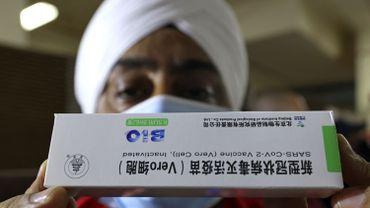 La diplomatie du vaccin. L'affaire des Chinois, des Russes et des Indiens. Un travailleur de la santé sikh détient une boîte du vaccin chinois Sinopharm COVID-19 lors de la vaccination au Guru Nanak Darbar Gurudwara (temple sikh) à Dubaï le 28 février 2021.