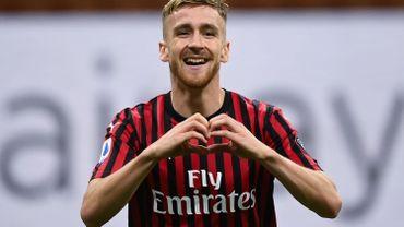 Alexis Saelemakers danse dans les vestiaires après la victoire de l'AC Milan contre l'Inter